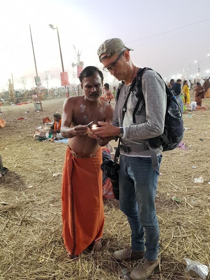 Der Author beim Austausch von WhatsApp Daten mit einem Pilger in Allahabad