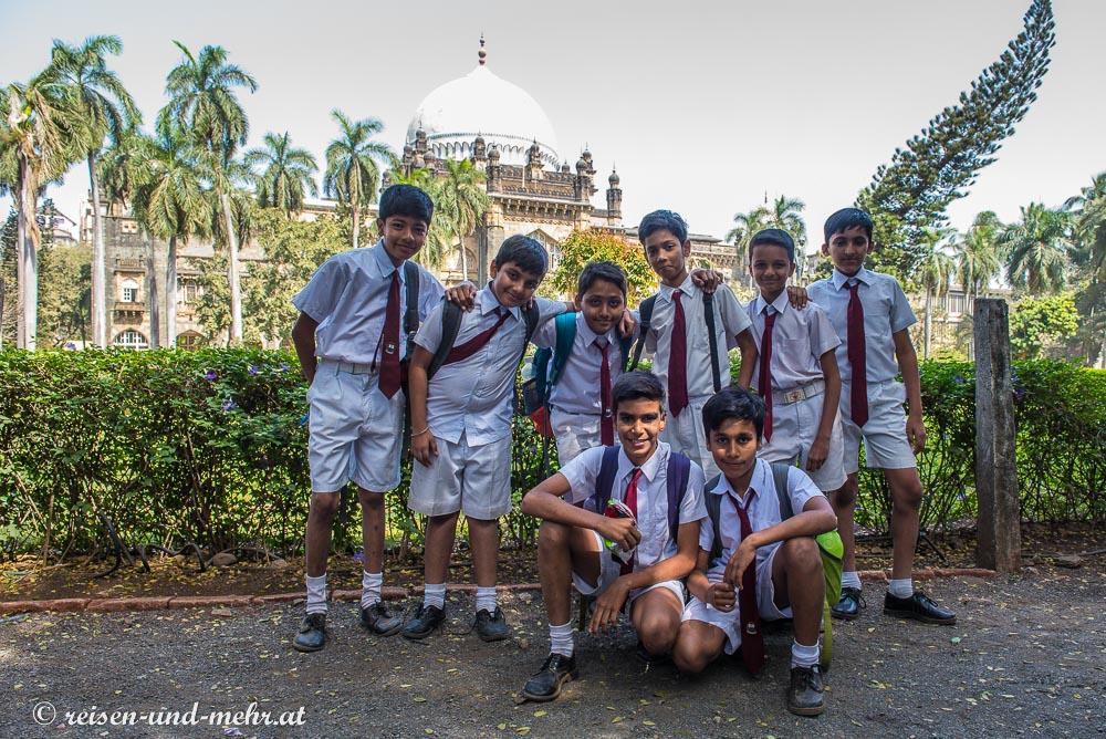 Schüler vor dem Prince of Whales Museum, Mumbai