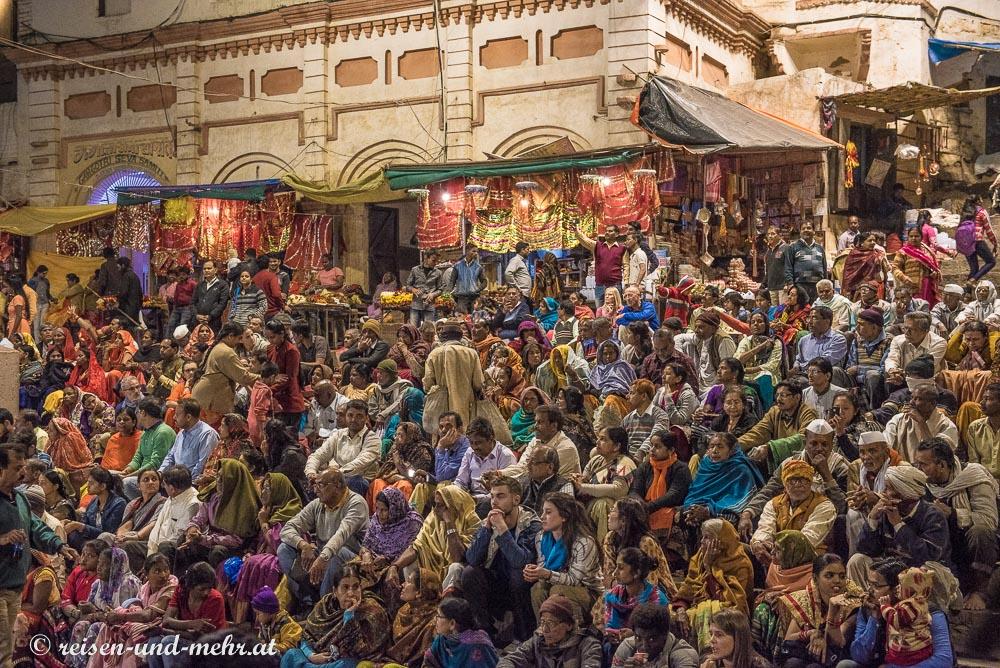 zahlreiches Publikum bei den Ganga Aartis in Varanasi
