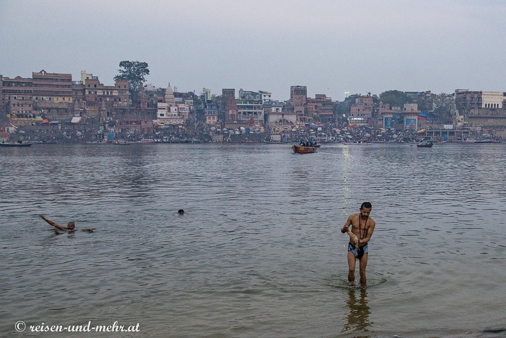 Morgendliches Bad im Ganges in Varanasi