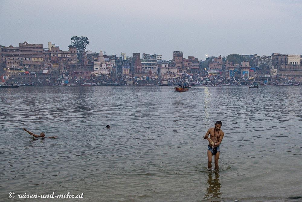 Morgendliches Bad im Ganges in Varanasi