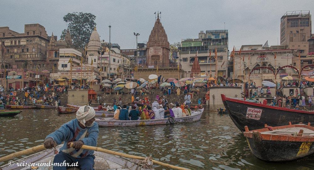 Varanasi am Morgen im Boot