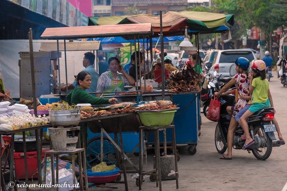 Straßenküche vor dem Zentralmarkt in Battambang, Kambodscha