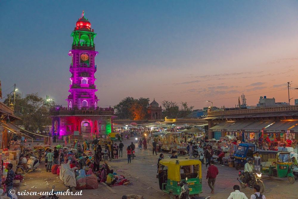 der abends bunt beleuchtete Uhrturm Ganta Ghar, Jodhpur