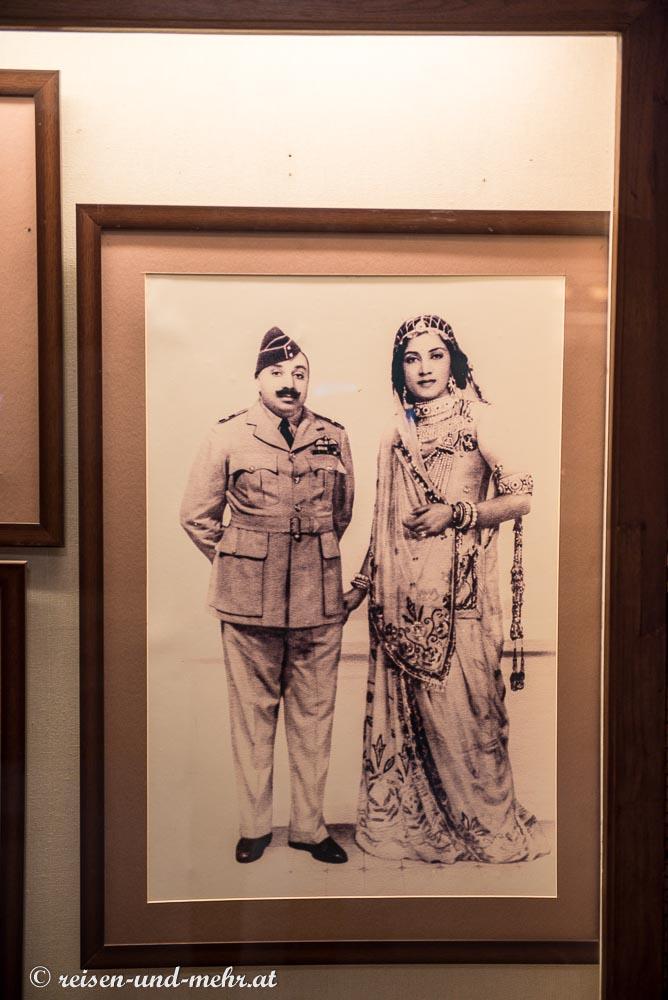 Der Maharadscha mit seiner Frau (irgendetwas stimmt mit den Proportionen nicht)