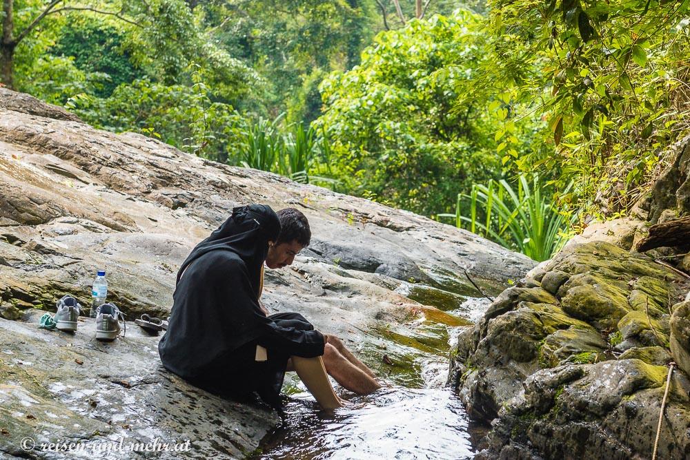 Arabisches Paar erfrischt sich am Durian Perangin Wasserfall