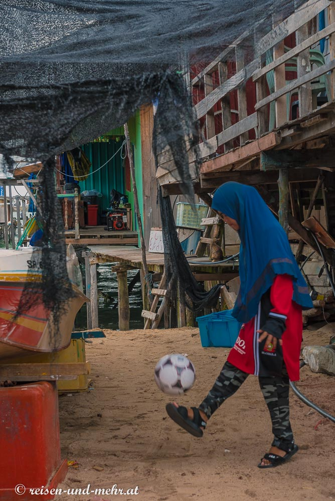 Mädchen beim Ballspiel, Mabul