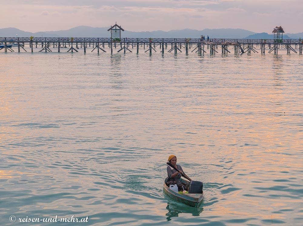 Frau im Kayak auf Mabul