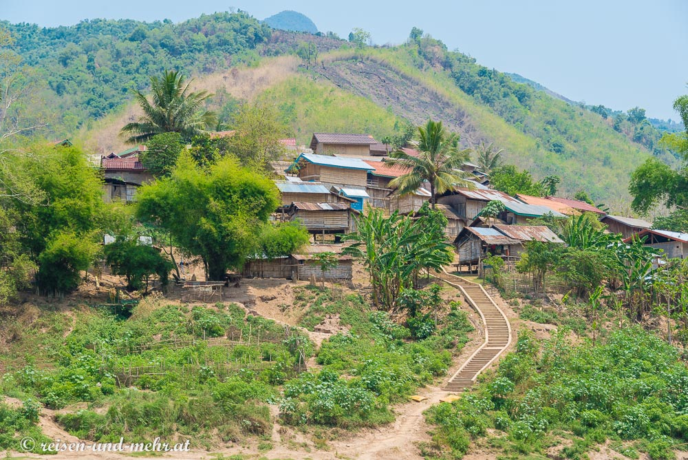 Dorf am Mekongufer