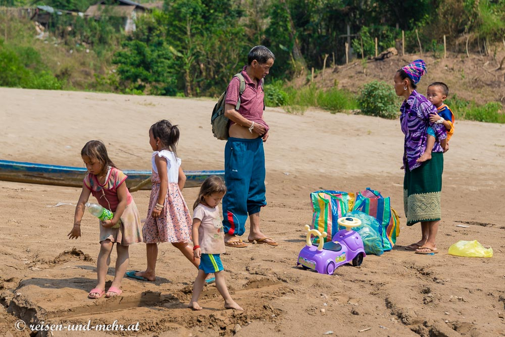 Familie verlässt das Slowboat