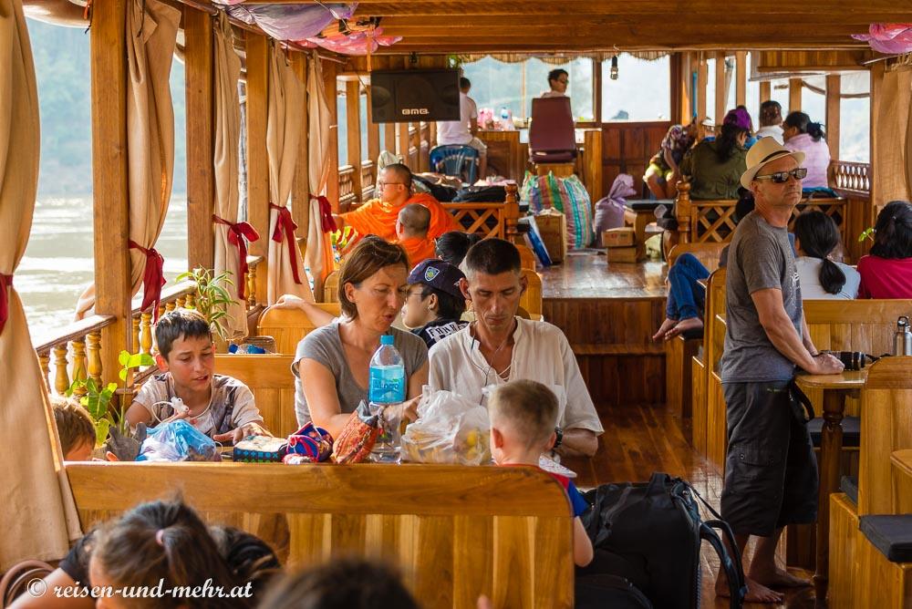 Französische Familie auf Slowboat am Mekong