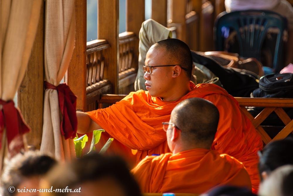 Mönche im Slowboat am Mekong
