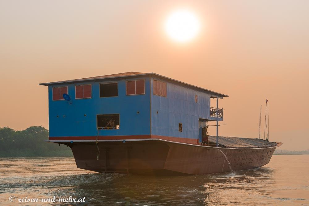 Frachtschiff am Mekong