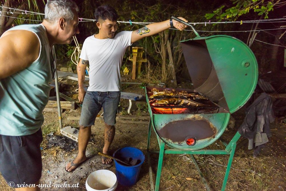 aus einem Ölfaß selbst gebauter Griller in Pak Chong, Thailand