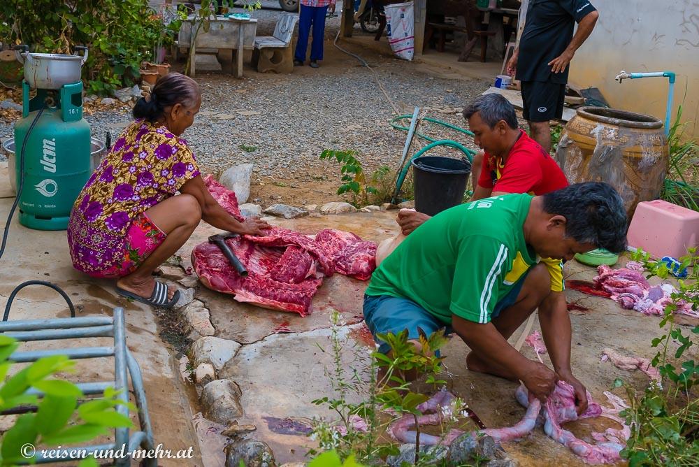 Zerlegen eines geschlachteten Schweins, Pak Chong, Thailand
