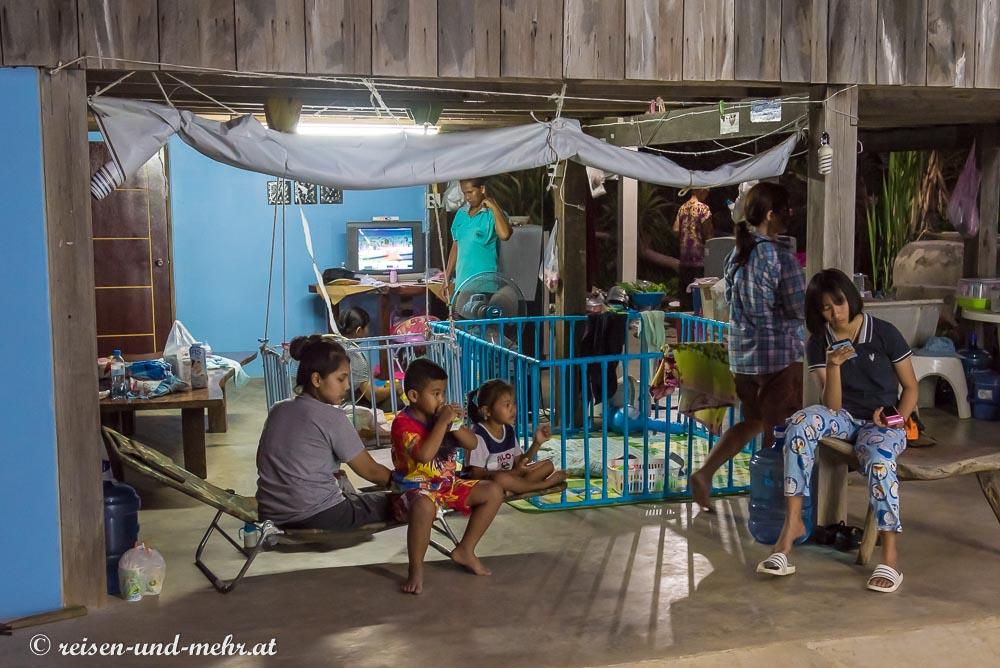 unter dem Haus der Familie, Pak Chong, Thailand