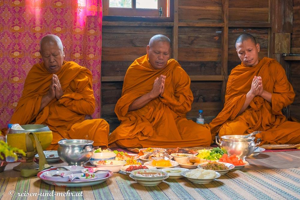 Mönche auf der Trauerzeremonie in Pak Chong, Thailand