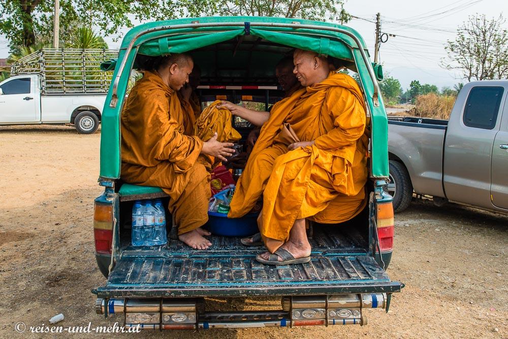 Mönche auf Pickup Truck, Pak Chong, Thailand