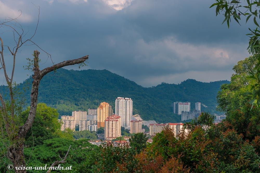 Hohe Gebäude ragen aus dem Dschungel von Penang