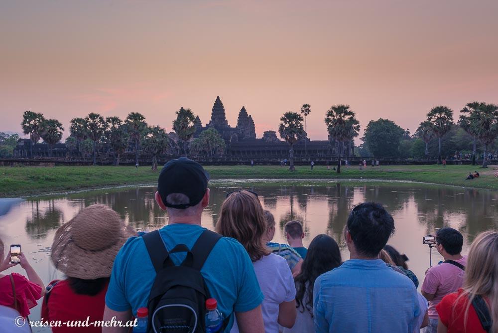 Touristen warten auf den Sonnenaufgang über der Tempelanlage Angkor Wat, Siem Reap, Kambodscha