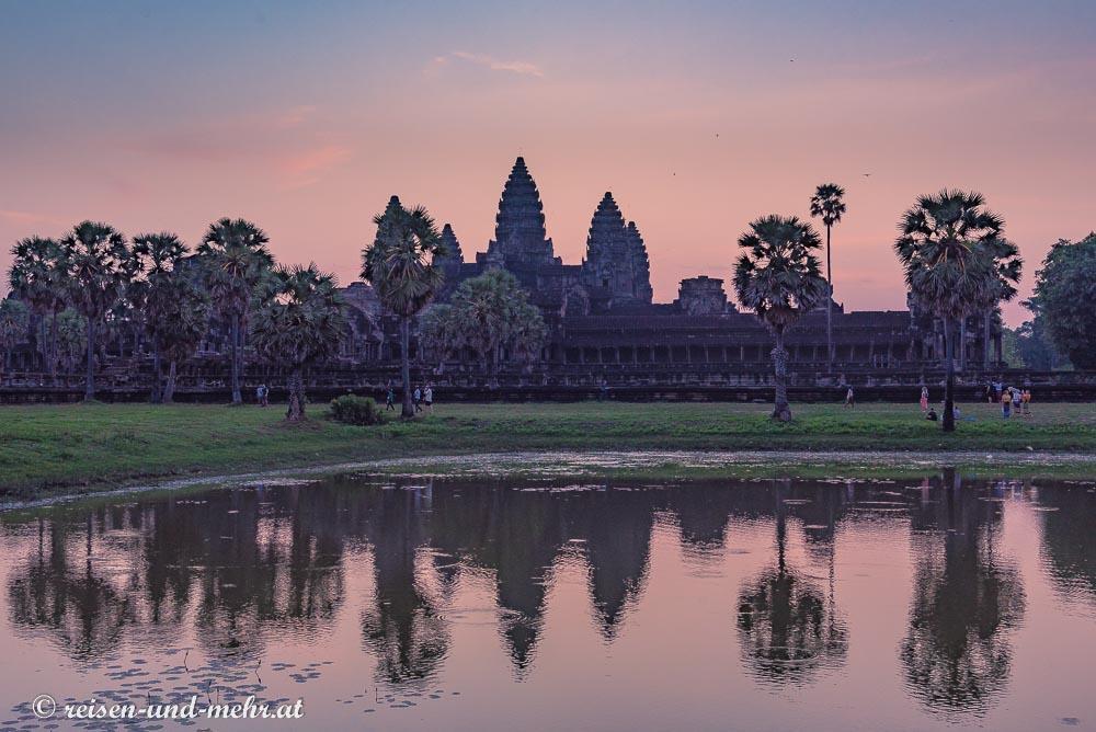 Die Silhouette von Angkor Wat spiegelt sich im Seerosenteich, Siem Reap, Kambodscha