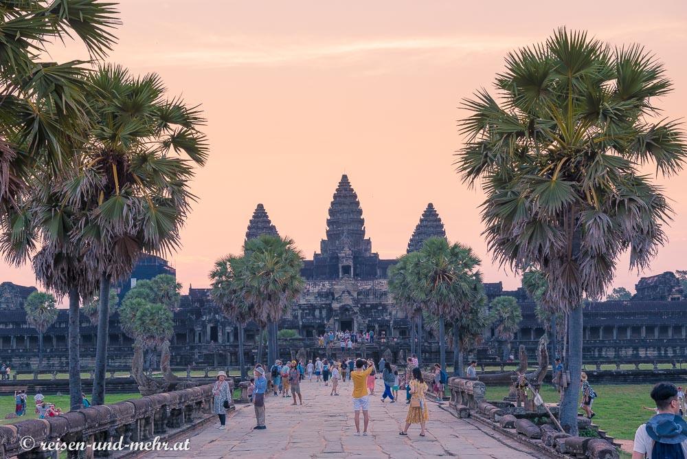 Touristen vor der Tempelanlage Angkor Wat,Siem Reap, Kamboscha