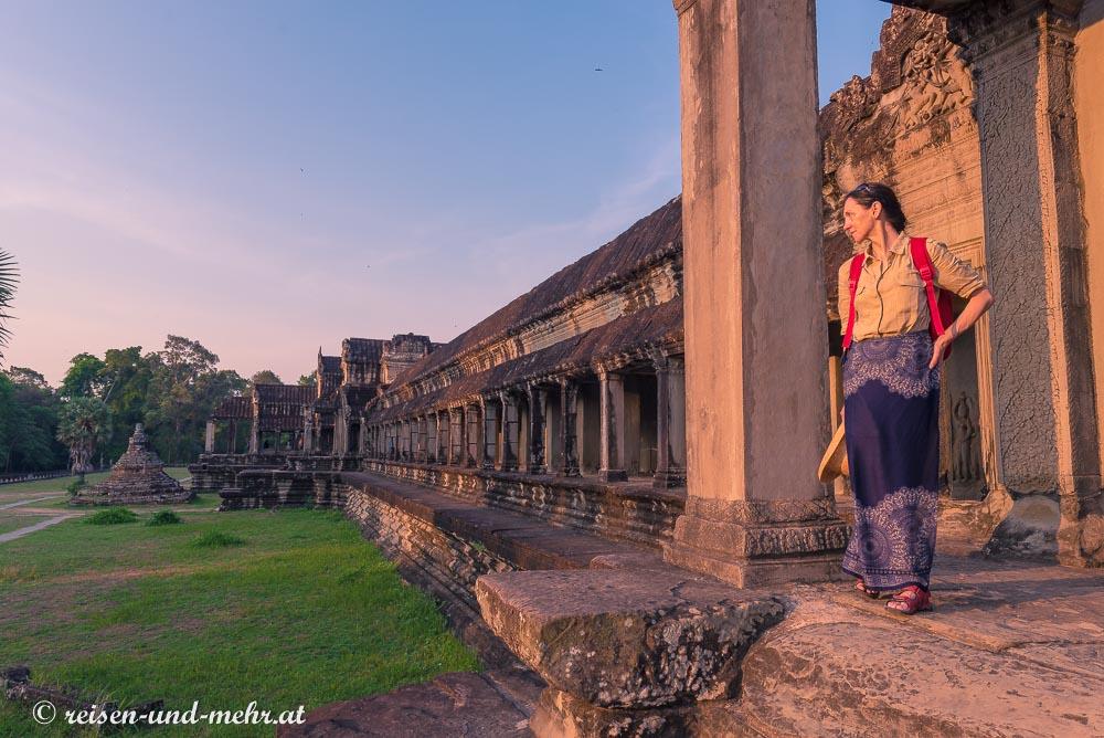 Doris vor dem östlichen Arkadengang des Angkor Wat, Siem Reap, Kambodscha