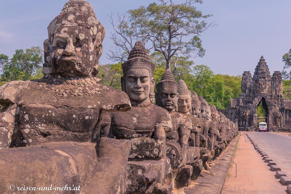 Devas bewachen die Brücke am Eingang zum Bayon, Siem Reap, Angkor Wat