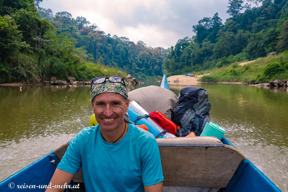 Der Author am Boot auf dem Weg zum Dschungeltrek in den Taman Negara Nationalpark
